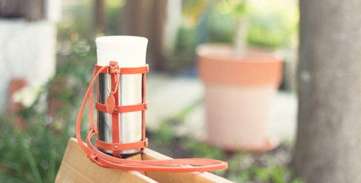 植物性タンニン鞣しの革を使ったボトルホルダー。500mlのペットボトルに丁度いいサイズです。糸島の工房で一点一点ハンドメイドで制作しています。ハイキングやキャンプ・野外フェスなど、アウトドアにお勧めです。