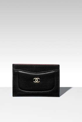 Porte-cartes, veau grainé & métal doré-noir & bordeaux - CHANEL RTW pré-collection FW 2017-18 #Chanel #ChanelPrecollection #FalWinter2017-18 | Visit espritdegabrielle.com L'héritage de Coco Chanel #espritdegabrielle