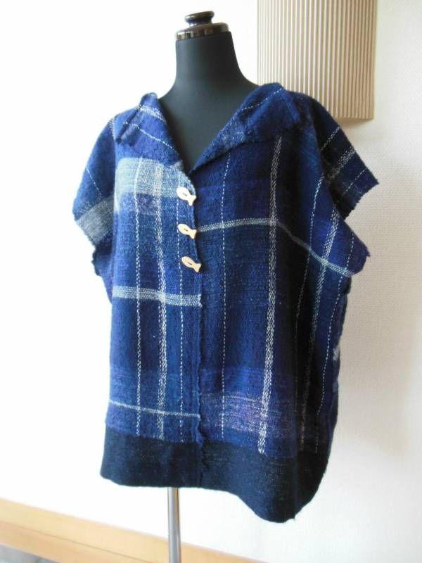 最近、ピンクの糸ばかりが目に付く、スタッフちょうさです。 そろそろ春物を…と思っているからでしょうか。でも、まだまだウールやカシミヤは織りたいし。 ということで、材質いろいろ、糸棚はすっかりピンクが侵食しています。 さて、さをりの森1階エントランスにある『織り人ギャラリー』。 ここには、織り人クラスのみなさんの作品を展示しています。 今回は、織り人歴4ヶ月のUさん。 このブログでも、たびたび登場いただいています。 織り人クラスに入られて、初めて整経(タテ糸を作ること)されたさをり布です。 マフラーとしてはちょうどいい長さでしたが、仕立てるには少し短くて… で、別に織ったさをり布と組み合わせて、とても素敵なベストにされました。 柔軟な発想で、上手に、想いを形にされています。 創りたい形にするために、布が足り...