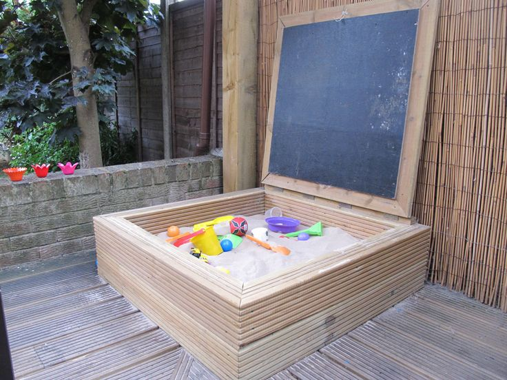 Lovely hinged lid to keep sand clean