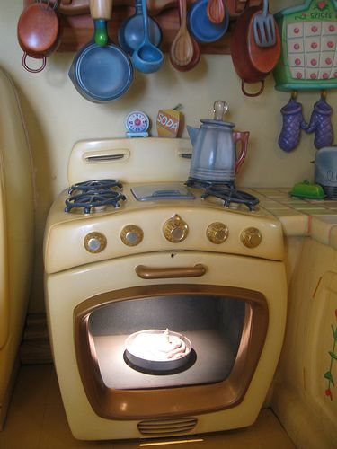 Minnie's oven used to have a cake baking which popped up when ready, this was in her very own house inside Mickey's Toon Town, behind Fantasyland, so sad how it is closed forever, Magic Kingdom Walt Disney World