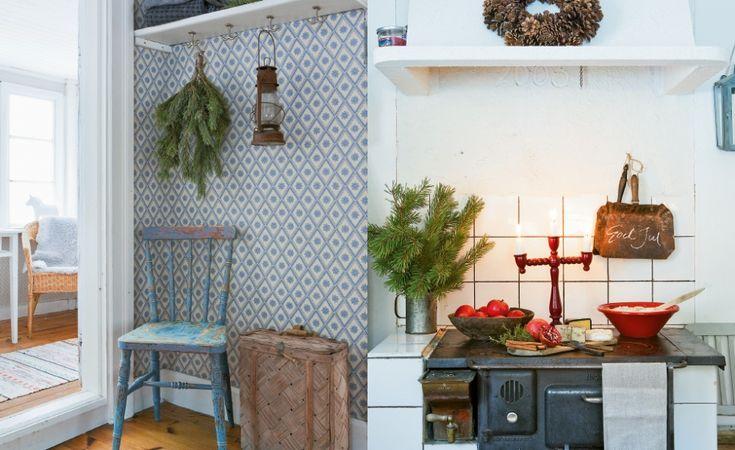 Köket i lillstugan har blå tapeter från Duros gammelsvenska kollektion. Näverkonten fanns i ett uthus på gården. Delikatesser står uppdukade på vedspisen. En krans av kottar pryder fläktkåpan.
