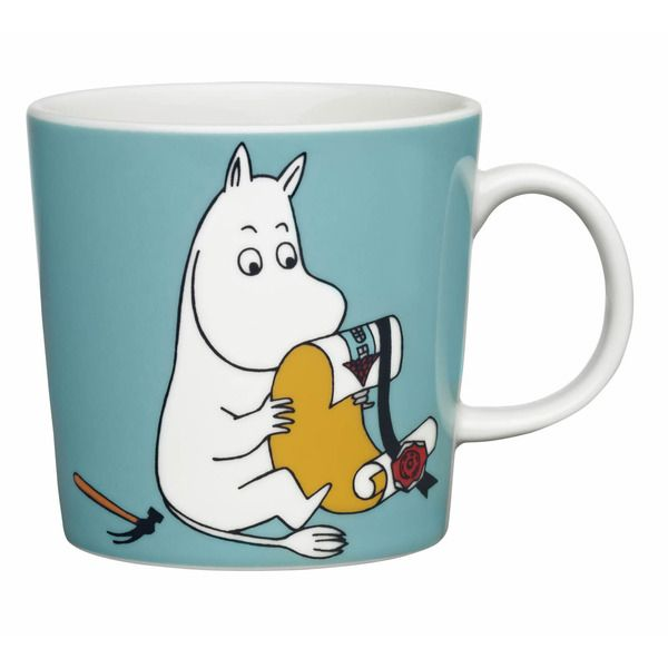 En i min samling. This blue/turquoise Moomin mug from 2013 features Moomintroll looking at house building instructions. It's nicely illustrated by Arabia artist Tove Slotte-Elevant.