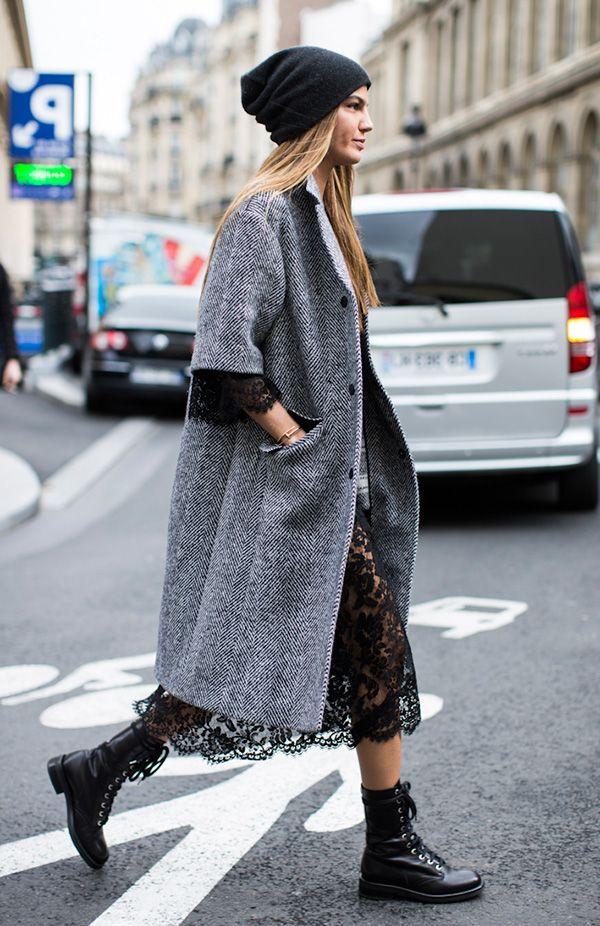 Street style gorro preto, vestido preto renda, sobretudo cinza e coturno preto.