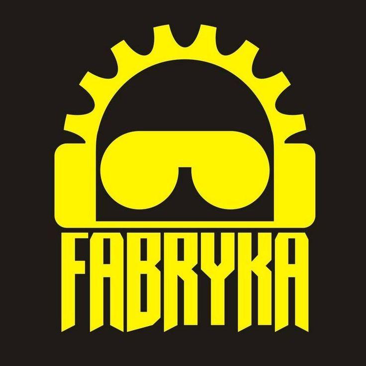 FABRYKA – zespół założony w 2004 roku w Warszawie, z inicjatywy wokalistySylwestra Domańskiego. Łączy klasyczny rock z brzmieniem elektronicznym i poezją. Tworzymuzykę do własnych słów, jak…