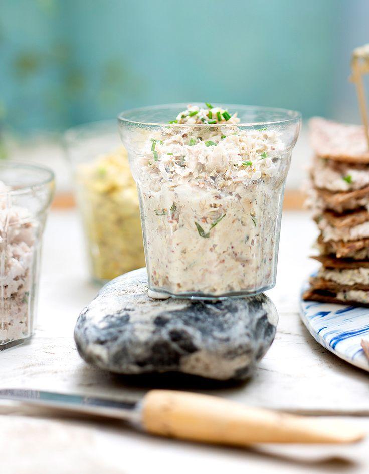 Recette Rillettes de thon à la ricotta : Ecrasez à la fourchette 2 boîtes de thon au naturel égoutté avec 150 g de ricotta, 2 cuil. à soupe d'huile d'olive, sel, poivre et piment à volonté. Ajoutez 1 bouquet de ciboulette ciselée et le zeste de 1 citron bio râpé....