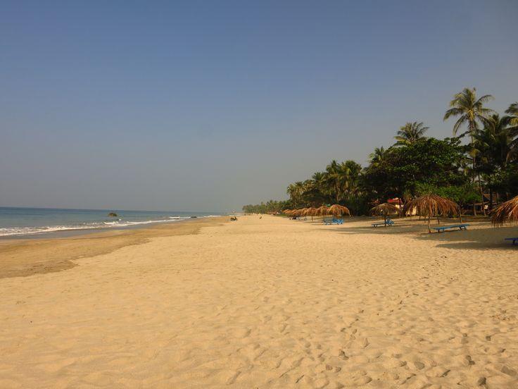 Endloser Palmenstrand in Ngwesaung. Der Goldgelbe Sand eignet sich wunderbar um am Strand zu entspannen oder Spaziergänge zu unternehmen.