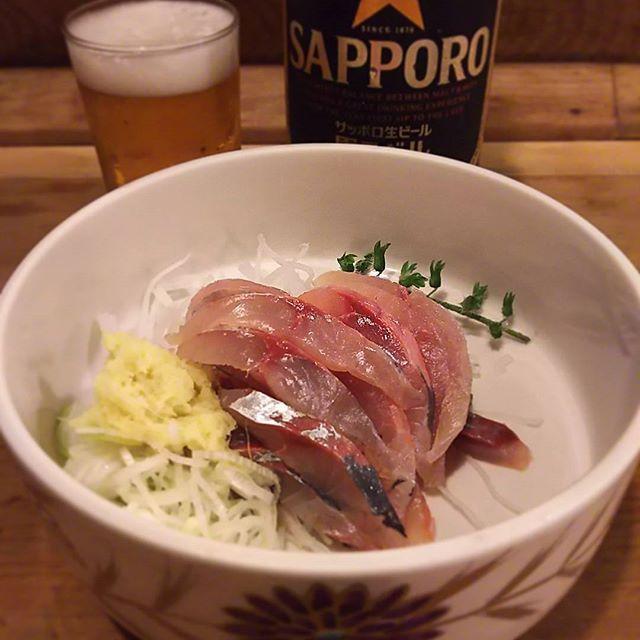 #三州屋 #鯵たたき  #黒ラベル #大瓶  #老舗飲み  三州屋の鯵たたきは、包丁で細かく叩いた一般的たたきのスタイルでなく、抜群の鮮度そのまま細切りスタイルで出てきます🎵  今日も眩しい …(笑)  #キラキラ #おろし生姜 も #ピリッと 鮮度 格別でビールがすすみます(^-^) 安定のクオリティー😋 落ち着きますね #japanesefood #izakaya #sashimi #aji #大衆割烹 #鯵 #sapporobeer #瓶ビール党 #大瓶派 #tokyo #kanda #神田 #立ち寄り #ひとり #セント酒