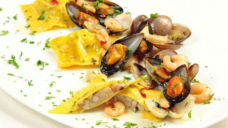 """Ricetta Raviolo ripieno di polpi e patate con cozze vongole e gamberetti: Un piatto articolato, ma a """"tutto mare"""". Polpi e patate all'interno del raviolo, un abbinamento da manuale, cozze, vongole e gamberetti per esaltare il ripieno. Un piatto prefumatissimo."""