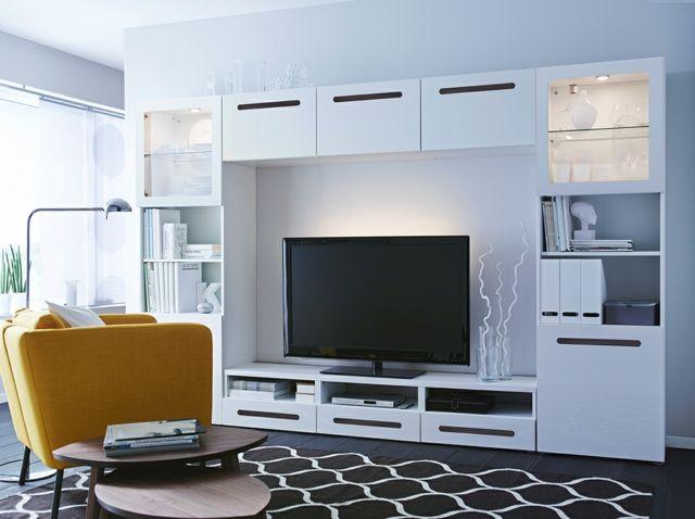 televisor grande y butaca amarilla