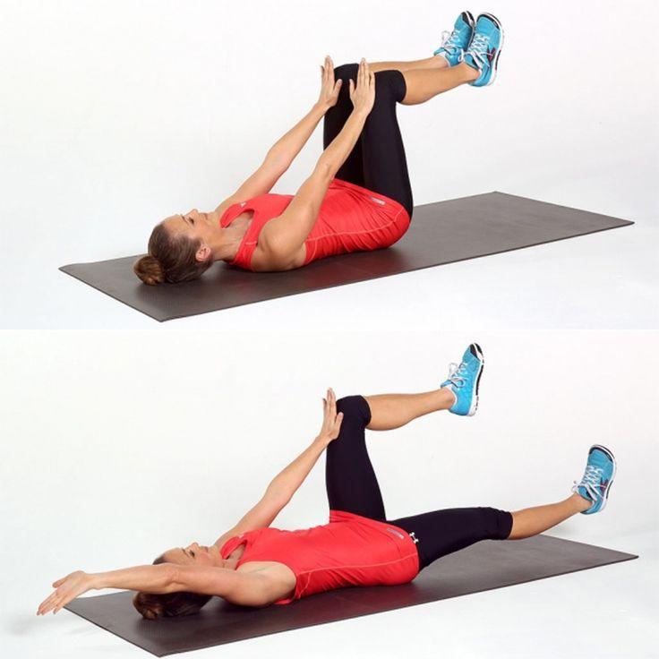 Femmes sur le dos qui musclent ses jambes