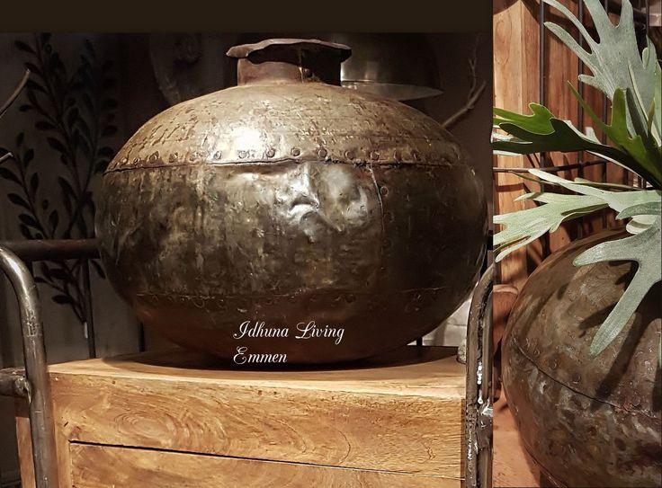 Sfeervol industrieel wonen. Oude metalen waterpot uit India. https://www.idhunaliving.nl/oude-waterpot-india-ijzer/