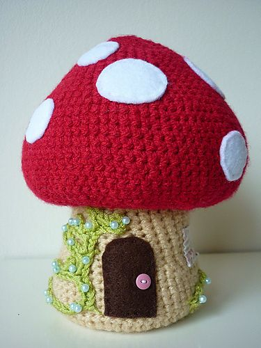Cute toadstool fairy house, by Annaboo's House. Free pattern!