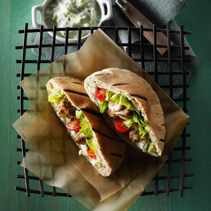 Cette simple recette de souvlaki grec est le plat idéal pour les grillades en plein air et pour le divertissement.   Le Poulet du Québec