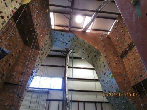 Voglio una parete d'arrampicata grande nella mia palestra in casa. Mi piace arrampicare perché è molto divertente. Le è molto riposante.