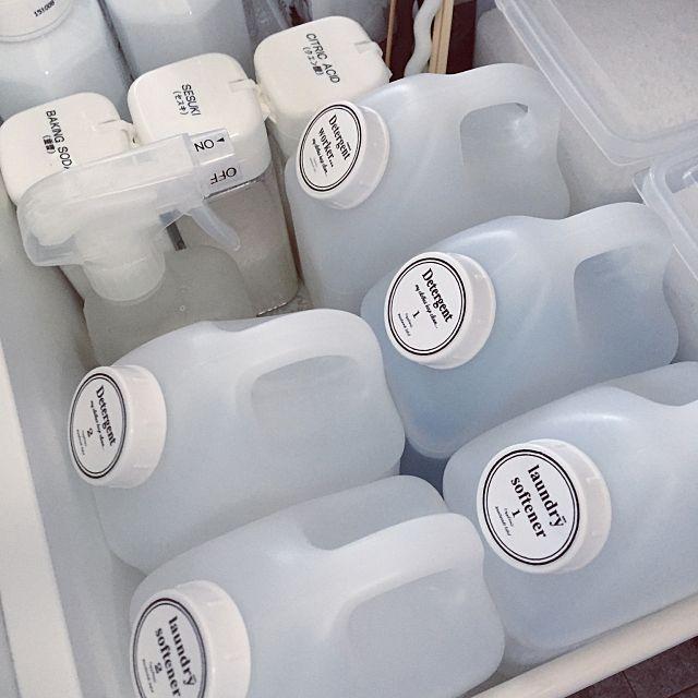 シャンプー、食器用、洗濯用洗剤と、お家の中にはサイズも色も様々な容器がたくさんありますよね。特に、見えるところに置くものも多く、隠す収納ができないものも。そんな容器をおしゃれなボトルに詰め替えませんか?デザインやラベルなどにこだわって統一すれば、見せる収納としてインテリアできますよ。今回はボトルの種類、おすすめのブランド別にご紹介。100均でゲットできるものもあるので、参考にしてみてくださいね。