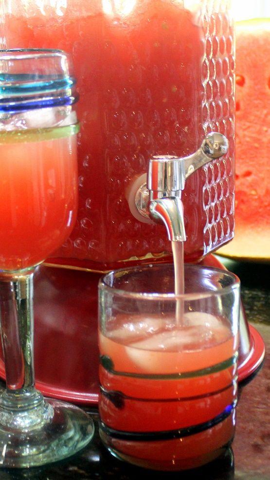 """""""露西瓜檸檬水夏季和Livin的很容易! 所以正在本專業的後院燒烤衝! 這是一個基本的檸檬水,砸出了碳化,西瓜的味道和紅激浪zinged了! 美味的飲料,除了設置你的""""那傢伙""""(或加侖),主你的後院域!"""