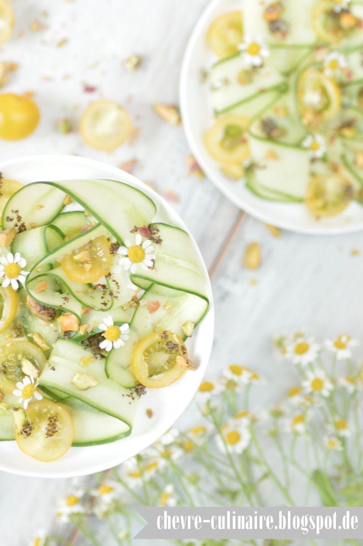 Chèvre culinaire: [Rezept] Ein sommerlicher Gurkensalat mit gelben Tomaten, Pistazien & Kamillenblüten (vegan, laktosefrei, glutenfrei)