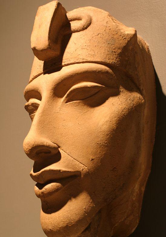 карнак фрагмент столба с изображением эхнатона