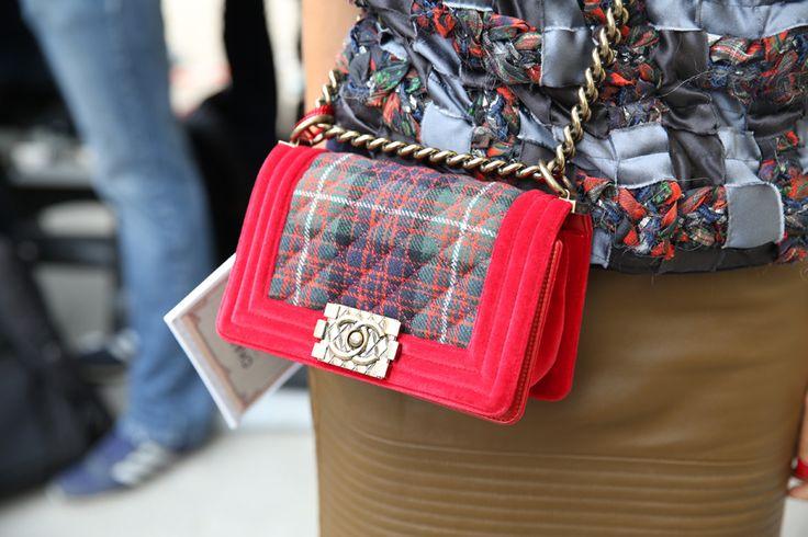 Le sac Boy de Chanel http://www.vogue.fr/defiles/street-looks/diaporama/street-looks-a-la-fashion-week-de-paris-jour-8-1/15531/image/867055#!le-sac-boy-de-chanel