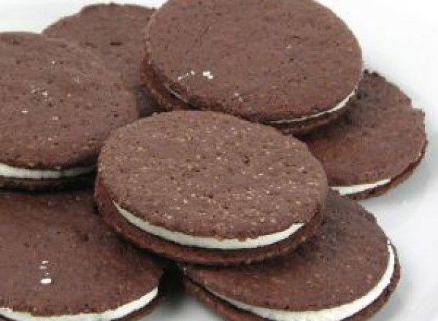 Galletas de chocolate rellenas de nata