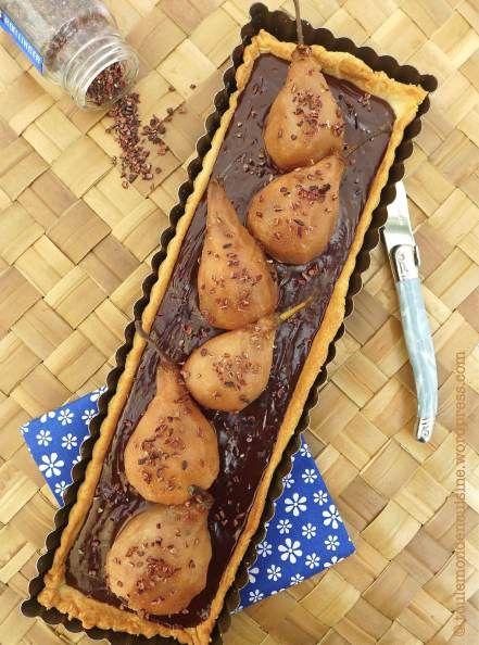 """Tarte ganache chocolat et poires pochées, aux épices Roellinger (""""poivre de la luna"""")."""