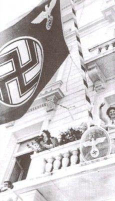 Υπάλληλοι της γερμανικής πρεσβείας πανηγυρίζουν την άφιξη των συμπατριωτών τους στην Αθήνα.