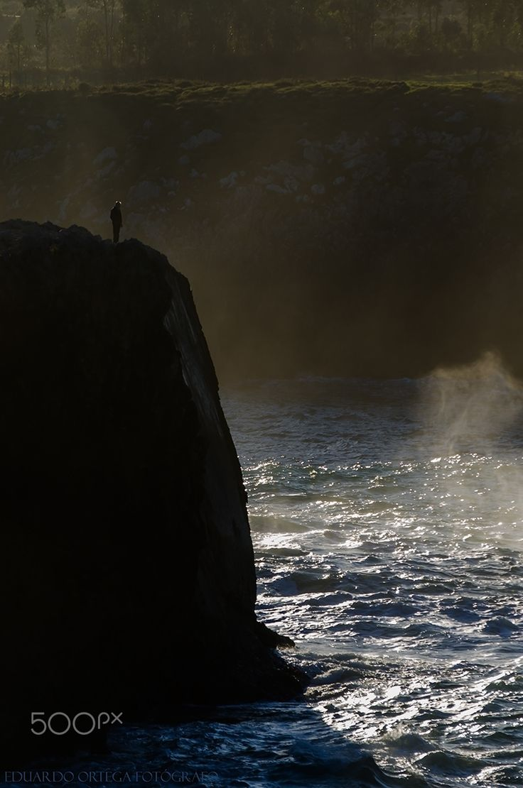 El hombre y el mar - Un hombre al borde del acantilado observa la fuerza del mar