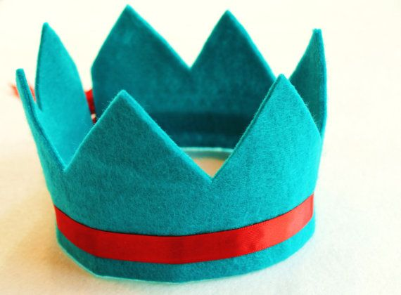 eco friendly arya felt crown with seven points and adjustable ribbon tie. available in 30 colors. party, play, rule.