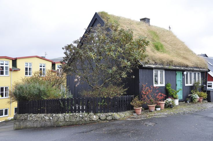 Tinganes, the old part of town, it is still made up of small wooden houses covered with turf roofs. The oldest one dates back 500 years.