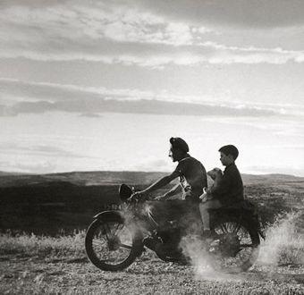 A trois sur la moto - Doisneau