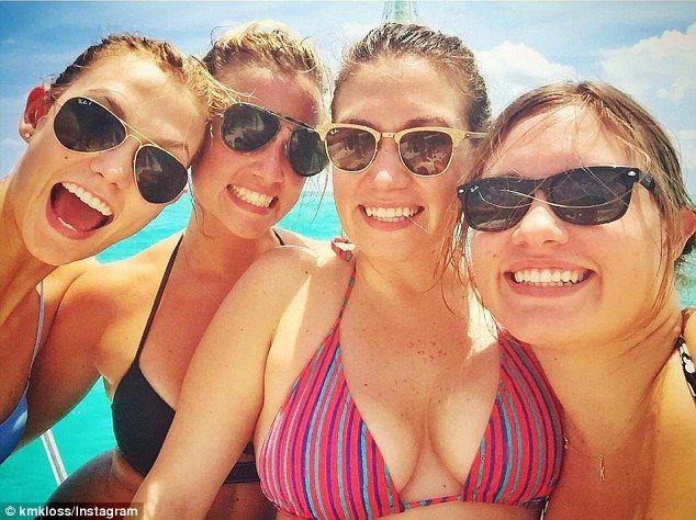 Hermana Hermana: Para completar la fiesta, Karlie fue en un viaje bañada por el sol con sus hermanas Kristine, Kariann y Kimberly