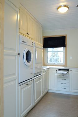 Ca den højde jeg gerne vil have vaskemaskinen op i. Tjek også opstilling m højskab og rundt om  hjørne. Måske en løsning?
