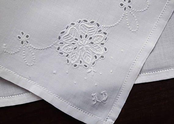 Biele bavlnené vreckovky vintage výšivky iniciály AD