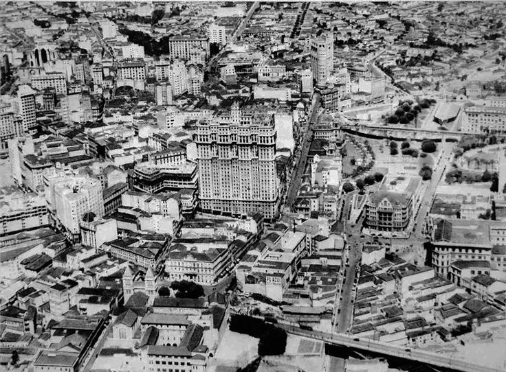 Vista aérea da região central da Cidade de São Paulo em 1939. Ao centro, o Ed. Martinelli e, mais abaixo, o Mosteiro de São Bento.