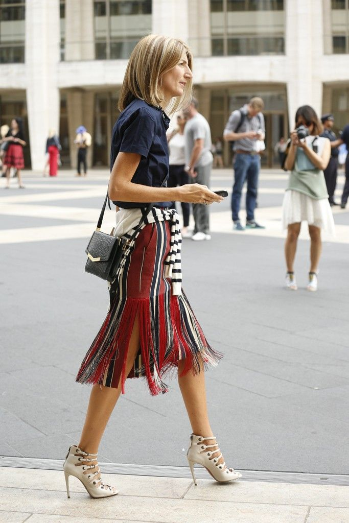 produção moderna e estilosa! Sandália branca com amarração, saia listrada com franjas, t-shirt marinho e malha na cintura…