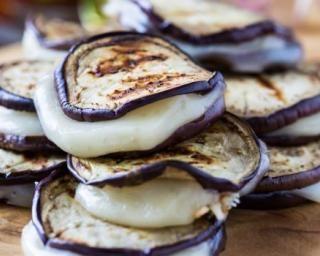 Sandwichs d'aubergine et mozzarella végétariens au barbecue : http://www.fourchette-et-bikini.fr/recettes/recettes-minceur/sandwichs-daubergine-et-mozzarella-vegetariens-au-barbecue.html