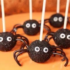 Putzig oder schaurig? Auf jeden Fall sind diese Cake-Pop-Pralinen megalecker und auf jeder Halloween-Party ratzfatz weggefuttert.