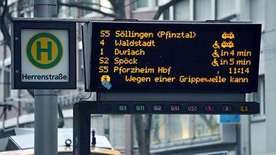 Grippewelle durch kaltes Wetter? - Millionen Menschen beim Arzt Anzeigetafel des öffentlichen Nahverkehrs in Karlsruhe. Die Grippewelle führt bei den dortigen Verkehrsbetrieben zu akutem Personalmangel und Zugausfällen. Bild: dpa