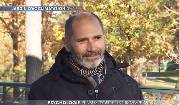 Christophe André nous offre dans cette vidéo des astuces pour être plus heureux. Elles sont issues de la psychologie positive.     Lesoir avant de se coucher: se rappeler desévènements positifs vécus dans la journée en faisant