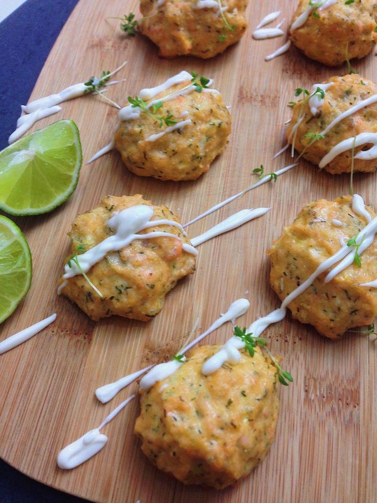Frische Lachsbällchen bzw. Lachsfrikadellen aus dem Ofen! Nicht nur super gesund, sondern auch kinderleicht und schnell zubereitet. Was möchte man mehr?