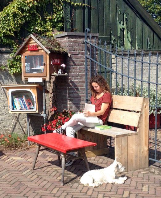 28.08.15 HET MEISJE OP HET BANKJE BIJ DE MINIBIEB - Dit minibiebavontuur kun je lezen op de Facebookpagina: Est'hers Little Free Library
