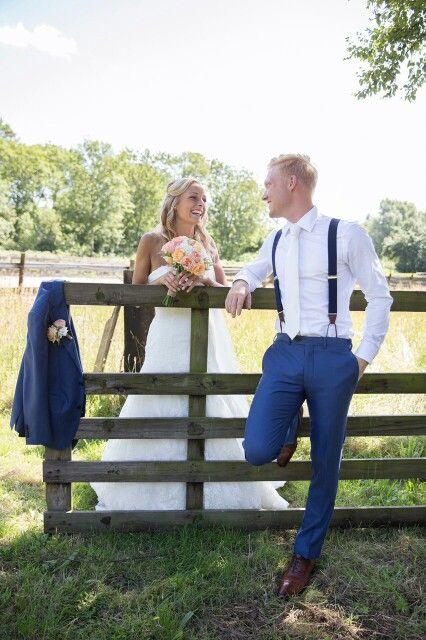 Prachtige foto van blije bruidspaar met Hein Strijker bretels tijdens hun bruiloft. De bruidegom had een persoonlijke afspraak gemaakt voor stijladvies op www.bretels.nl. En het resultaat mag er wezen. #bretels #suspenders #braces #heinstrijker #dutchdandy #suits #suit #dandy #dandysyle