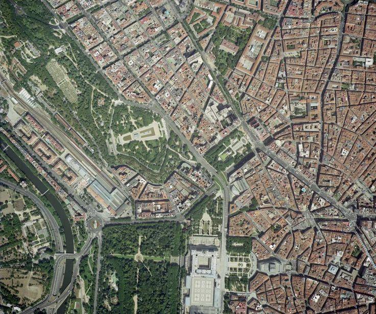 En el último vuelo se realizaron un total de 7.800 imágenes de altísimas calidad de Madrid. En la imagen de 2004, se aprecia en el margen izquierdo el río Manzanares. En el centro, además de la plaza de España y el parque del Oeste, se ve el templo de Debod. De la parte superior hacia la derecha, dos arterias importantes en la capita: la calle de Princesa y Gran Vía.
