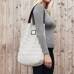 The Önling organic bag in silver grey (beige) is made from 100% GOTS certified organic cotton. A cute, practical bag with dots and an inner pocket with plenty of room for your phone, keys, wallet, hand cream or other necessities you carry with you when you're out.