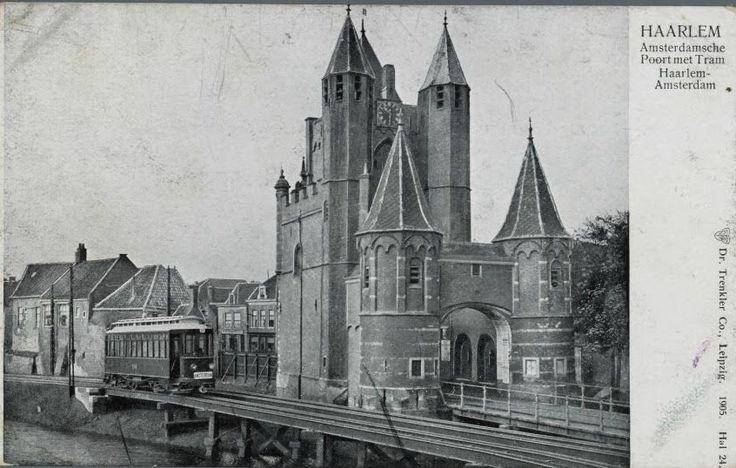 """Jarenlang reed de tram tussen Haarlem en Amsterdam langs de poort. Eerst reed de vanwege zijn groene kleur """"De Kikker"""" genoemde tram langs de ene zijde:"""