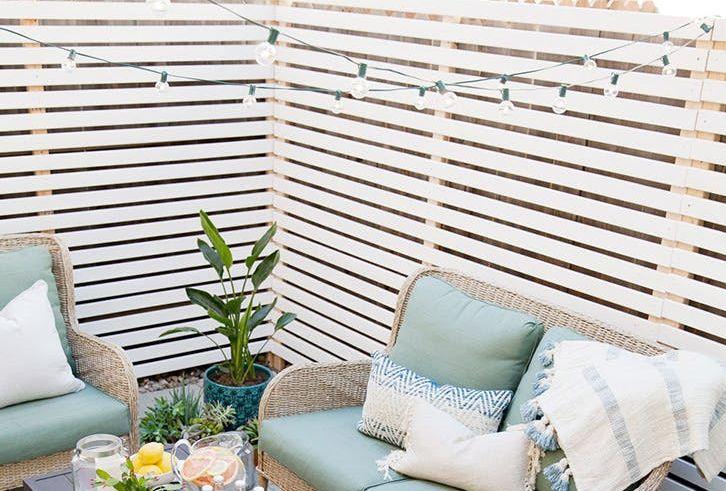 Als je aan het relaxen bent in je eigen tuin, heb je natuurlijk geen zin in een paar nieuwsgierige ogen. Zó creëer je (stijlvol) meer privacy in je tuin.