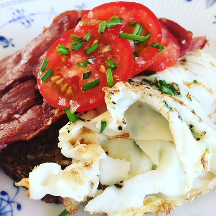 Godmorgen 😊 Dette lækre morgenmåltid blev indtaget til morgen og mums siger jeg bare 🍳🥓👌🏻 Æggehvider (1dl) mixet med krydderi og bagt af på panden, kalkunbacon og en skive softkerne rugbrød 💪🏻 Kcal: ca. 225 www.madtilmullerne.dk #diet #fitfamdk #fisk #torsk #opskrift #kød #æg kalkun bacon tomat
