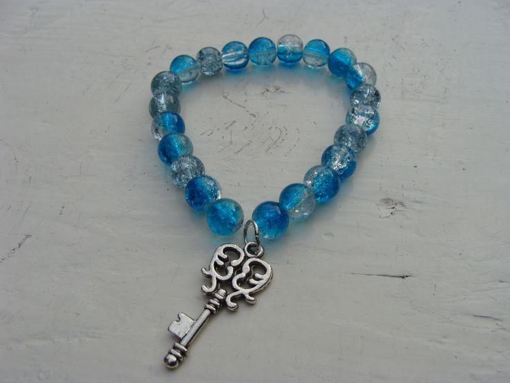 Armbandje met lichtblauwe kralen en sleutelhangertje