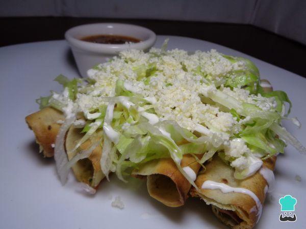 Aprende a preparar tacos dorados de papa con pollo con esta rica y fácil receta. Uno de los aperitivos más populares en México son los deliciosos tacos dorados y lo...
